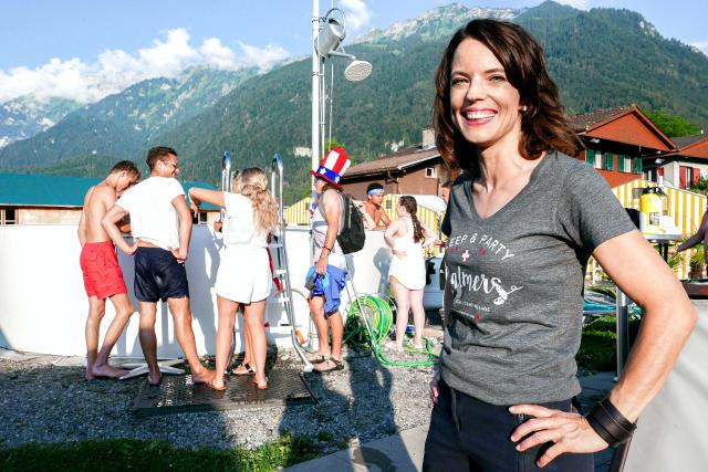 Mona mittendrin im Backpacker-Hotel Staffel 4 Herbst 2019 Poolparty in Interlaken: Mona Vetsch und Gäste der Balmers Herberge in Interlaken